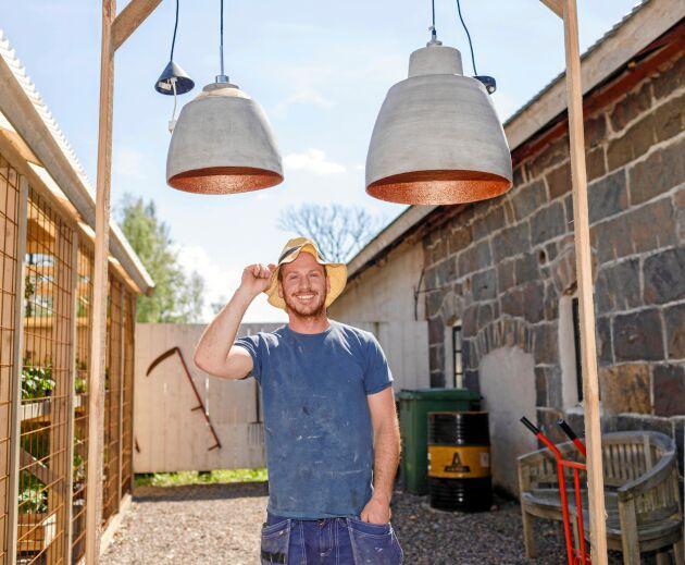 Hemma i Australien var Bevan Cuthbertson snickare. Så träffade han en svensk tjej och flyttade till Träslövsläge. Nu tillverkar han smäckra inredningsdetaljer som handfat och lampor i betong på ett hantverksmässigt sätt.