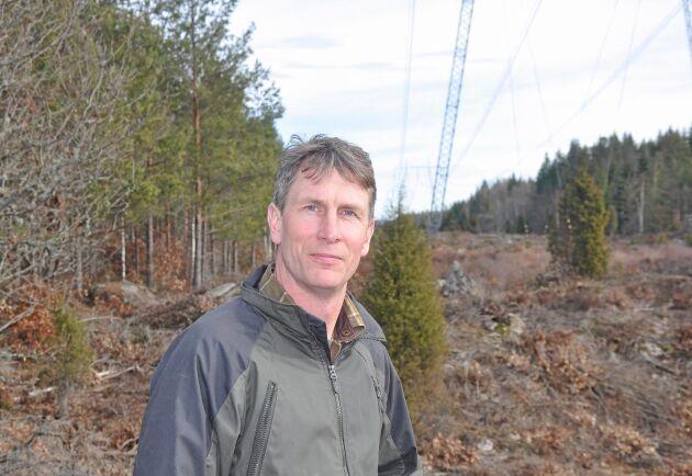 Karl-Johan Axelsson i Baggetorp är lättad efter Energiinspektionens beslut. Den kraftledning som planerats intill den som redan finns på hans mark blir inte godkänd. Arkivbild.