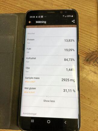Med mobilen kopplad till Grainsenses app visar telefonen mätvärdena på skärmen.