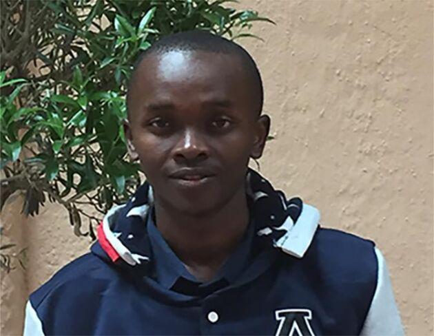 Daniel Nyere från Kenya prisas av organisationen Hand in Hand för sitt företagande. Tillsammans med sin mamma och två andra personer föder han upp fluglarver som blir till billigt kycklingfoder till de kenyanska lantbrukarna.
