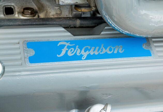 Naturligtvis har Rover-V8:an fått en plåtskylt som är värdig traktorn.