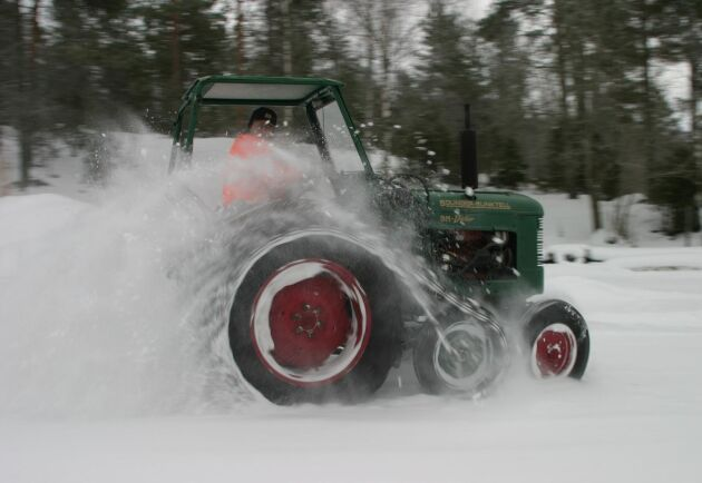 Här stormar en av 1950-talets snökungar fram i max fart – 23 knyck. Det är BM Victor med halvband och den går lika bra i kuperad skog som i djup snö.