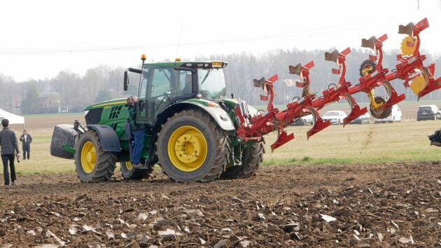 Den 5-skäriga burna plogen Servo 45 M ska passa en ny standardtraktor.
