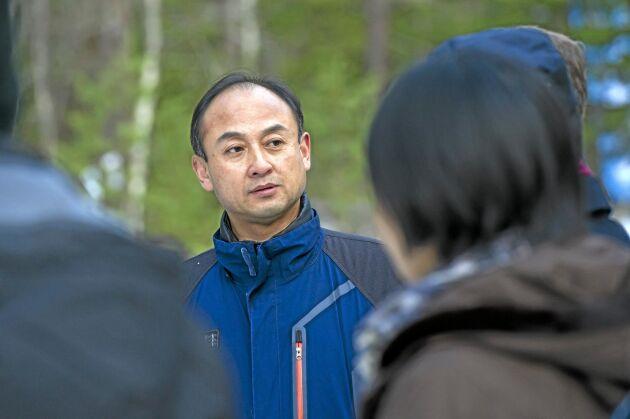Hu Yuanhui, biträdande generaldirektör för kinesiska skogsministeriet SFA, på besök hos Norra utanför Umeå.