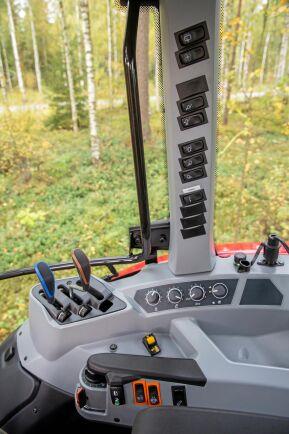 A 84 har en ren och proper reglageplacering. Manöverknapparna för många funktioner har hittat sin plats på den högra sidostolpen. Reglagen är för trepunktslyft och yttre hydraulik är logiska och välplacerade.