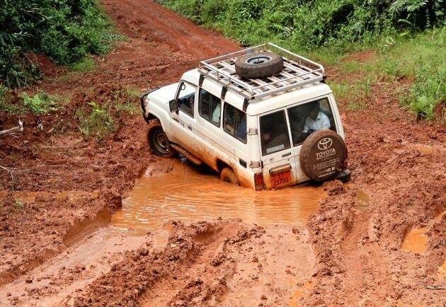 Efter regn blir vägarna svårkörda i södra Kamerun.