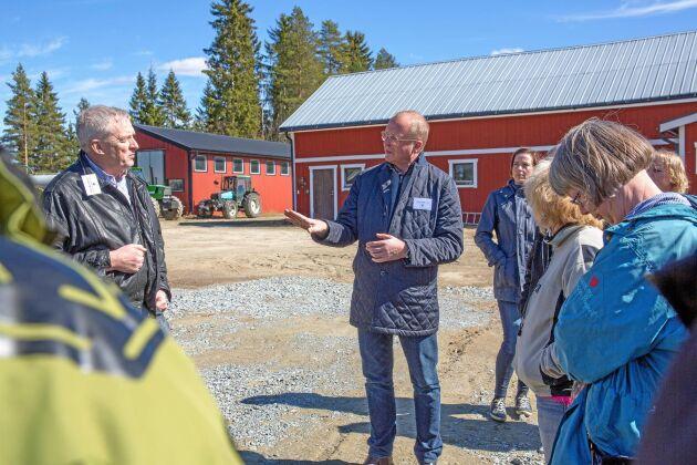 """""""Det är ett av många gårdsbesök. Hos Roland Falkensson i Junsele. En rundresa kring stödindelningen i norra Sverige med tjänstemän från departementet, ett antal riksdagsledamöter var med. Betydde mycket för regeringens senare hantering av frågan""""."""