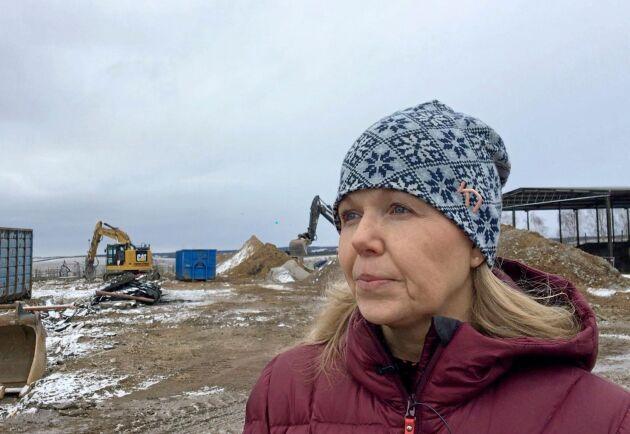 """Åsa Rytthammar visar runt på skolan där markarbetena pågår för fyllt efter den omfattande ladugårdsbranden. """"Står vi här i december med en ny ladugård kommer vi jubla"""", säger hon."""