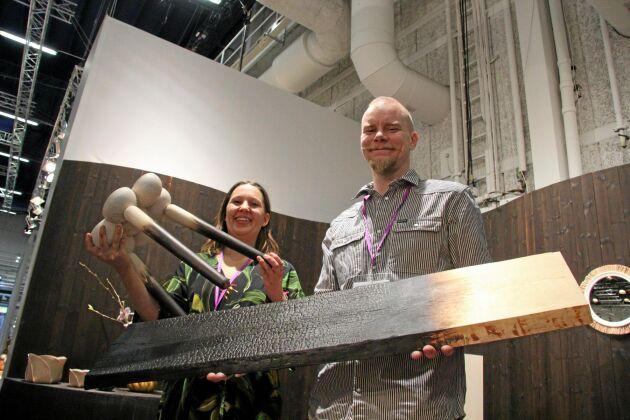 Lisa Rabén och Jonas Hammarström, med sitt företag Tree, sotar och förkolnar trä med värmebehandling, dels estetiskt (Lisa Hillands furupall), dels som miljövänlig impregnering (furuplankan).