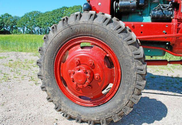 Framaxeln kom från en GMC lastbil och kardanaxeln till driften går under hela traktorn.