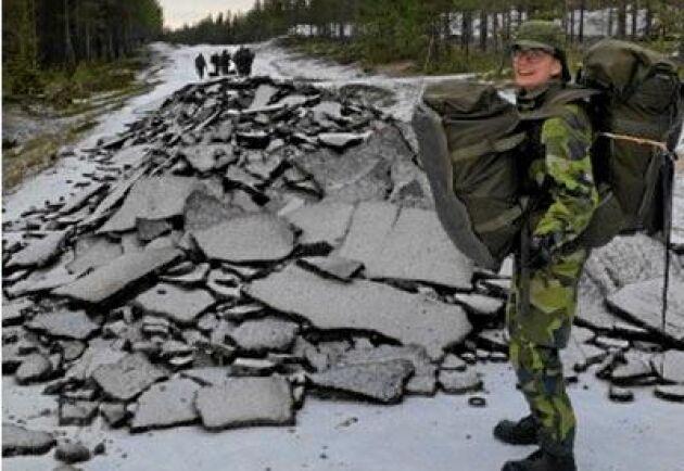 Lotta Möller, till höger, och hennes hemvärnskolleger fick uppleva den bortgrävda vägen på nära håll.