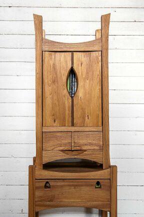 Magnus har byggt en stor del av möblerna i huset själv, så som det här skåpet.