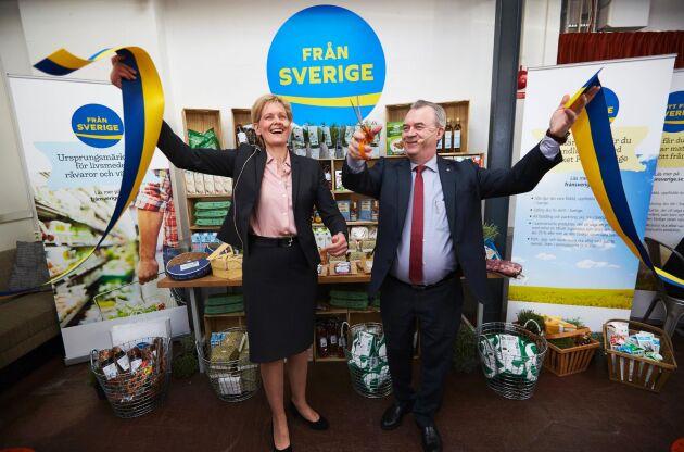 Bild från invigningen av märkningen Från Sverige. Maria Forshufvud, vd för Svenskmärkning och landsbygdsminister Sven-Erik Bucht klipper bandet.