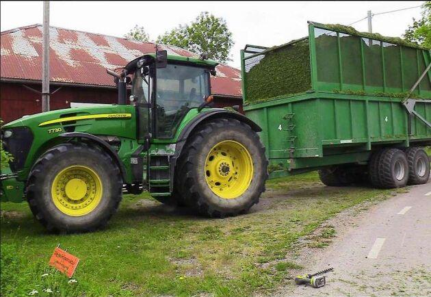 Traktorn med den fullastade gräsvagnen klarade sig bättre i krocken.