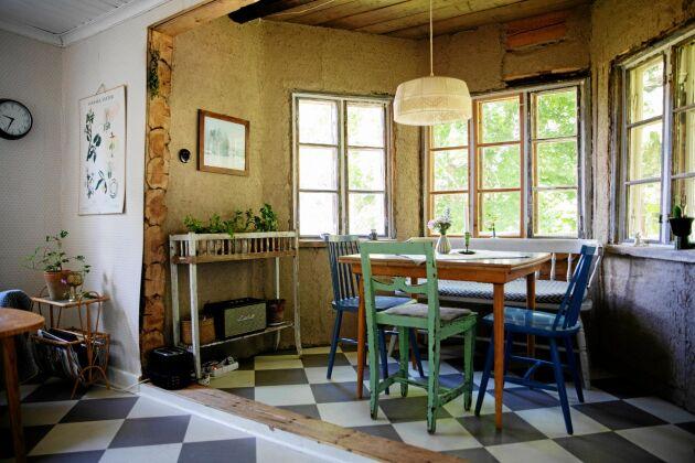 Burspråket ger mer plats och ljus i köket men det tog emot att såga i den gamla, timrade väggen.