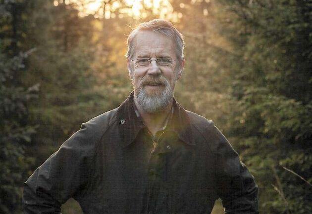 """I sin aktuella bok """"En skog av möjligheter"""" pekar skogsforskaren och författaren Ola Engelmark ut det moderna skogsbrukets nackdelar, men beskriver också nya sätt för enskilda skogsägare att tjäna pengar."""