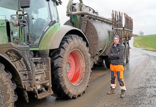 Traktor med fullastad gödseltunna kan lätt komma upp i 50 tons totalvikt. Ekipaget är brett och ett möte kräver hänsynstagande från medtrafikanter.