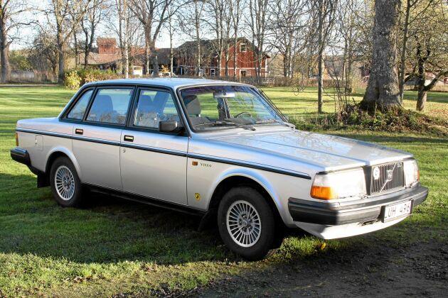 """Silver Volvo 244 GLT, 1984. En av de """"fräsigare"""" 240-modellerna som Henrik köpt i Nyköping. Från början köptes bilen för en lottovinst av ett par som skulle ha den att dra husvagnen med. Mannen dog dock rätt snart efter köpet och därför är bilen sparsamt körd."""