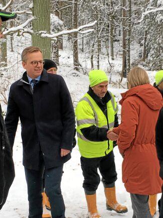 Närings- och innovationsminister Mikael Damberg och miljöminister Karolina Skog passade på att hälsa på Yacoub Gerges och de andra deltagarna i projektet och fråga vad de tycker om att arbeta i skogen.