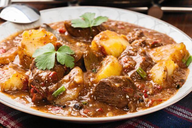 Recept på klassisk sjömansbiff med potatis och öl. Det går lika bra med innanlår som lövbiff eller fransyska i sjömansbiffen.