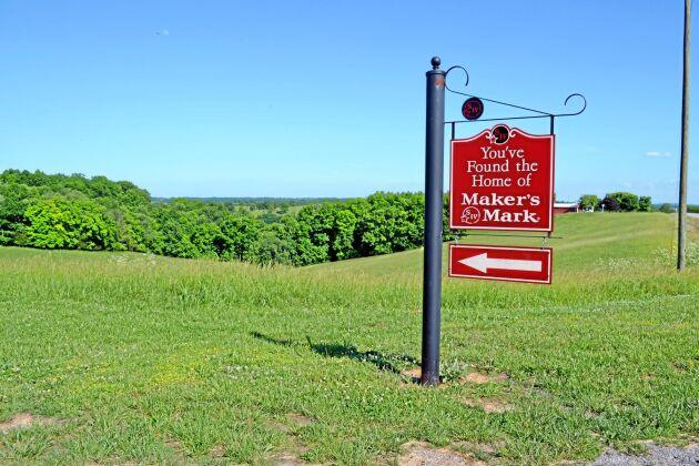 Femton minuters bilfärd från gården tillverkas bourbon av vete och majs från Peterson Farms.