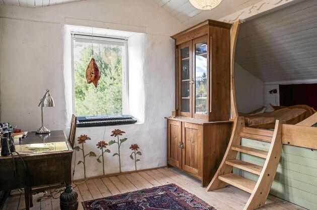 Olof och Erik har sina rum på övervåningen. Erik har ett mysigt kryp-in i sitt rum.