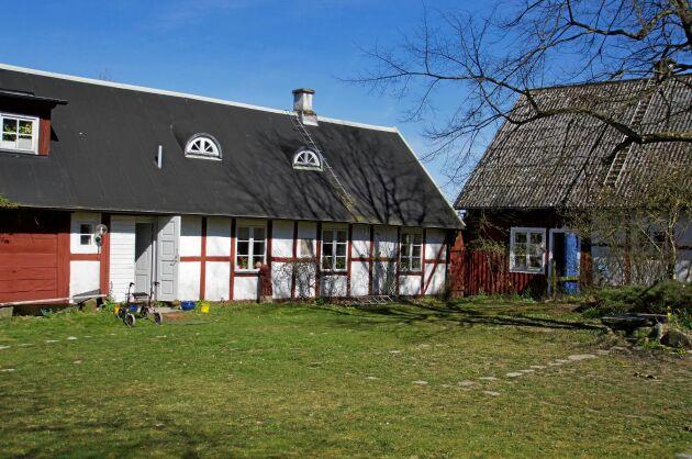 Boningshuset sett från gårdsplanen där en teatergrupp har uppträtt med krönikespel vid flera tillfällen.