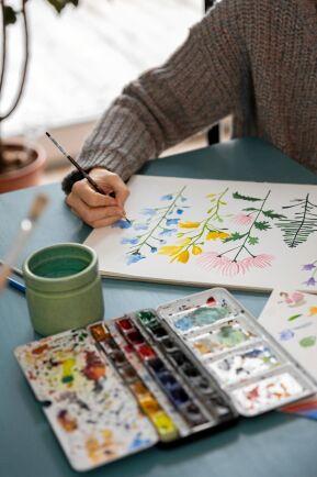 Lina har alltid nya konstverk på gång och behärskar många tekniker: Akvarell, olja, tusch, träsnitt och olika former av grafik.