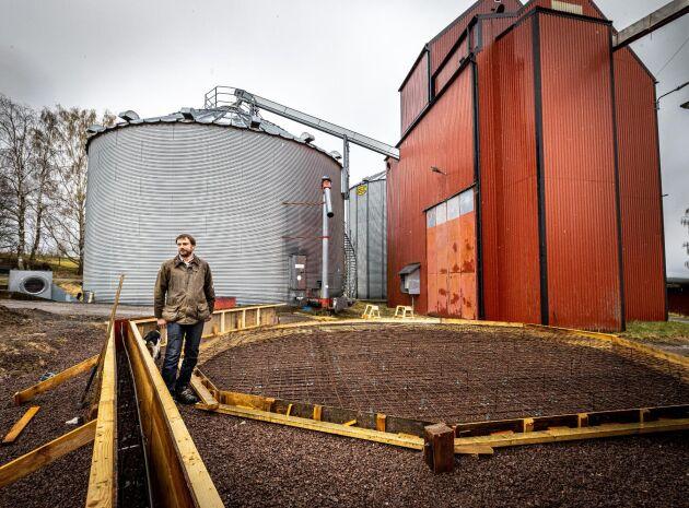 Henrik Frykberger ser ändå framåt och investerar nu i en våtsilo för spannmål. Den förstörda arealen ska han så om med vårgrödor.