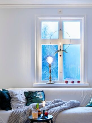 Enkelt julpyssel i fönstret.