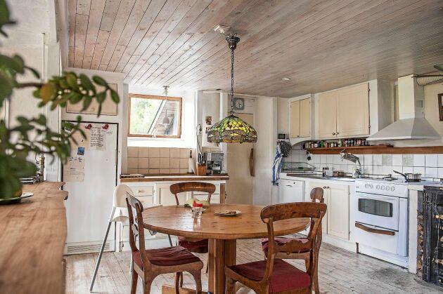 Eftersom huset värms upp med solenergi på sommaren och ved på vintern, går det mest åt el till matlagning och belysning.