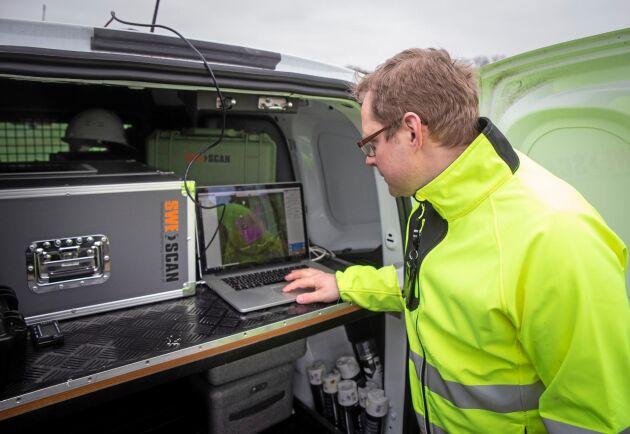 Mobilt. Johan Svensson styr operationen från en laptop bak i bilen.