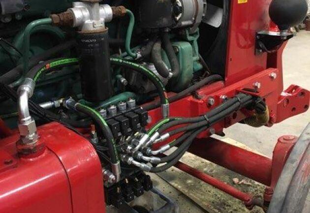 Hydrauloljan tas från det ordinarie systemet vilket gör att det inte går att lyfta frontlyft och de bakre hydraularmarna samtidigt.