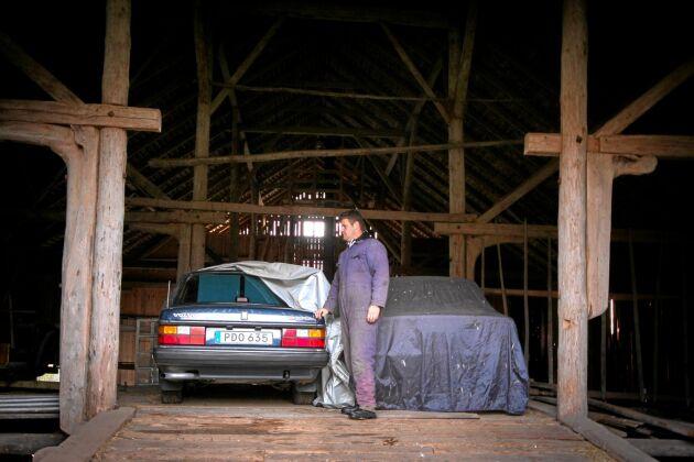Dolda pärlor. Henrik med två av sina sju Volvo 240 i ladan.