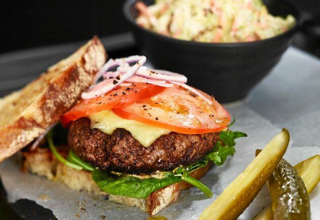 Hamburgare med hemmagjord coleslaw gör succé till fredagsmyset.