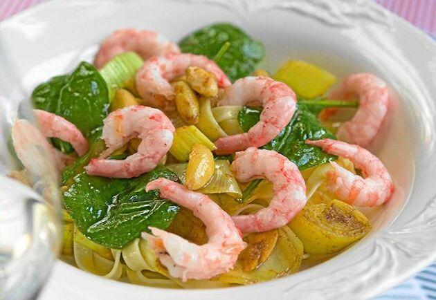 Till helgen bjuder Håkan Larsson på lättlagad pasta med currywokade räkor. Och ett glas gott vitt till.