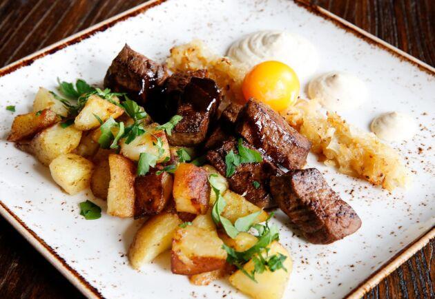 Vilt Rydberg på kronviltsinnanlår med potatis, bakat ägg, karameliserad lök och senapskräm.