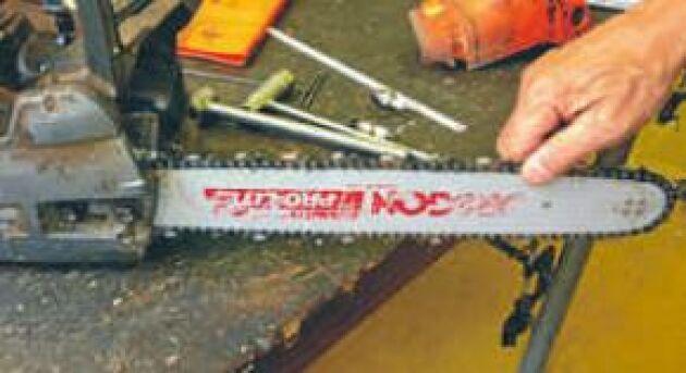 Se till att kedjan är lagom spänd. Om kedjan rör sig på svärdets undersida när man lyfter den på ovansidan ska den spännas. Kedjan är för hårt spänd om sågen, stående på ett plant underlag, följer med när man drar i kedjan.