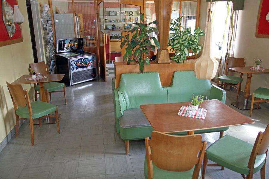 På Hälla 50-tals café står inredningen från 1953 helt intakt.