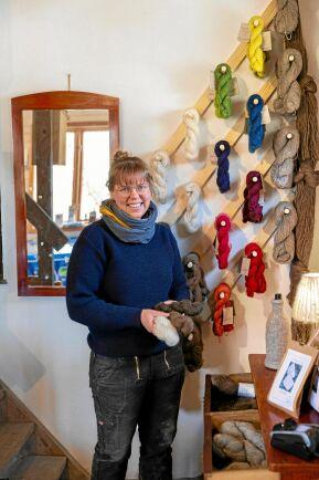 Garnet från de egna fåren färgar Camilla själv, bland annat med ljung, krapp, indigo, vejde och reseda.