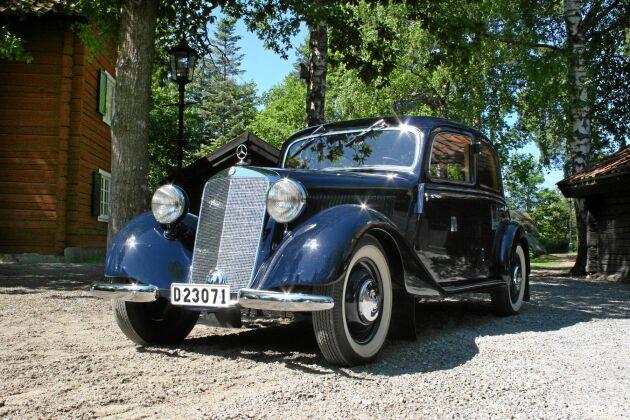 Vacker, kungligt blå färg gör bilen ännu mer exklusiv. Modellen, Mercedes -51, 170 diesel DA, finns bara i 10 exemplar i Sverige.