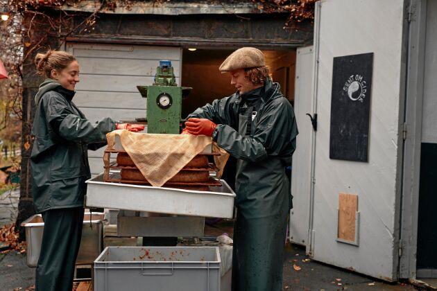 Axel Bäck och Klara Peterson tillverkar hantverksmässig cider under varumärket Sent om Cider.