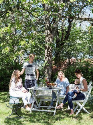 Dottern Alice och hennes pojkvän Jacob och svärdottern Julia och barnbarnet Douglas är besök hos mamma Cecilia och pappa Ulf.