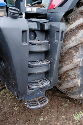 Detta är inte bra. Små fotsteg rakt upp mot hytten, inklämda i bränsletanken, ger ett obekvämt uppsteg upp i hytten. För att inte falla när man kliver ut rekommenderas att backa ner från traktorn.