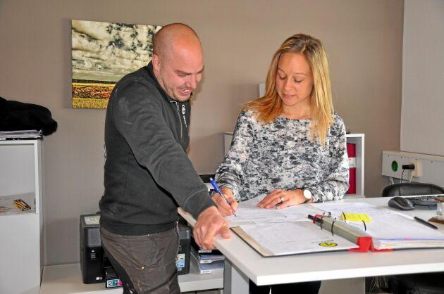 Samarbete. Emil och Therese Olsson äger tillsammans Ekoväx i Norden AB. Therese är den som har de mesta kundkontakterna.