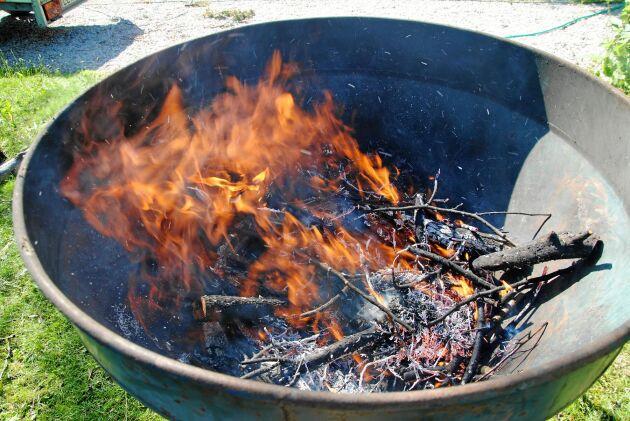 Att göra biokol påminner om dåtidens kolmilor – att elda med trä utan att tillföra syre – men utan att bilda växthusgaser som metan.