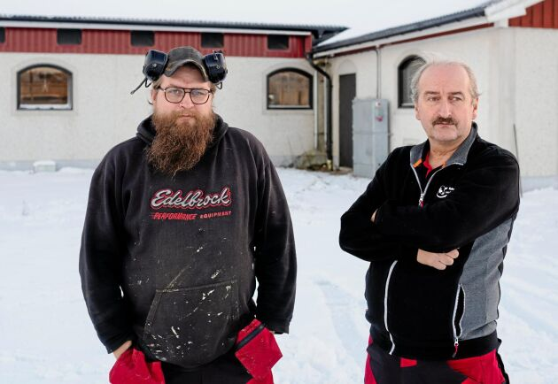 Markus och Lennart Bylund står framför det ställe på ladugården där taket kollapsade.