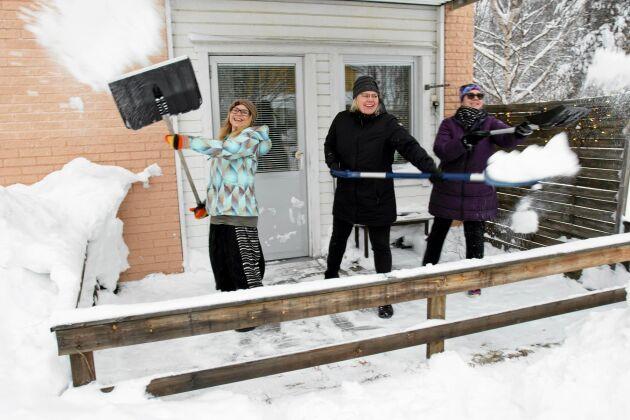 Charlotta Lindgren, Sara Sigfridsson och Lisa Karlqvist mötte många glada pensionärer när de ringde på och erbjöd sig att skotta bort snön.