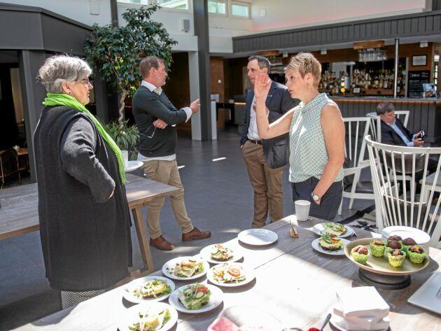 Luftigt. I vanliga fall är det trångt om saligheten vid förmiddagsfikat inför LRF-stämman i Sånga Säbys ljusgård. I år var det inga problem att hålla distansen för Carola Gunnarsson, stämmans ordförande, och Anna Karin Hatt, VD.