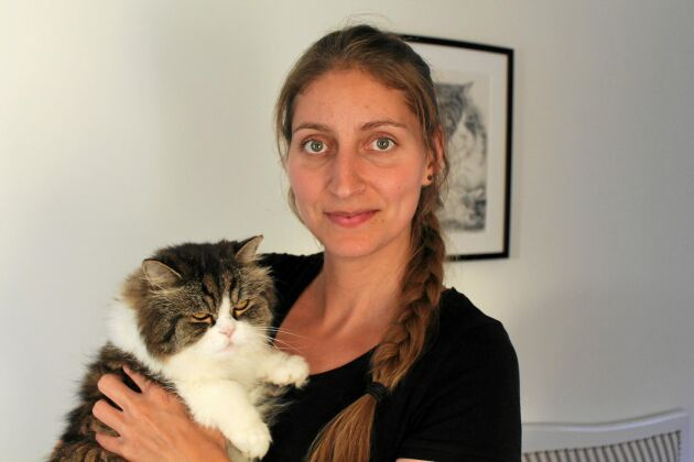 Elin Hirsch med katten Luzen.